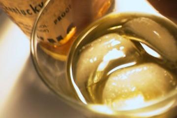 כוס וויסקי עם קרח