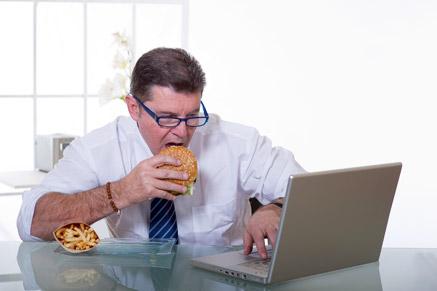 אוכלים ג'אנק פוד בעבודה? כדאי שתשנו את הרגלי האכילה שלכם!
