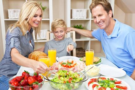 קודם כל לבוא לשולחן האוכל - לרוב האכילה תגיע תוך כדי