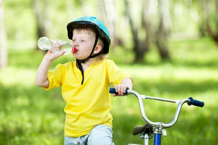 תמיד תדאגו שיהיה להם בקבוק מים זמין לצידם
