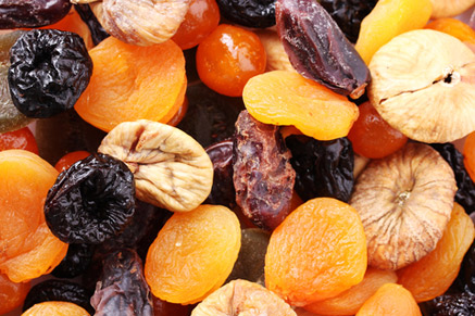 כמעט לכל הפירות היבשים מוסיפים צבעי מאכל