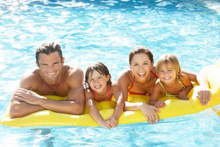 גם שחייה בבריכה יכולה להיות פעילות ספורטיבית משפחתית
