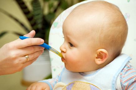 מעבר למזון מוצק הוא תהליך חשוב לתינוק