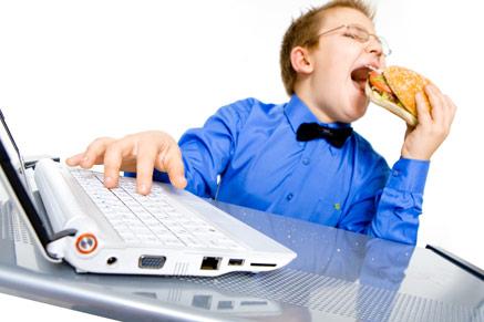 משחקים במחשב ואוכלים ג'אנק פוד: קחו את בריאות הילדים לתשומת ליבכם