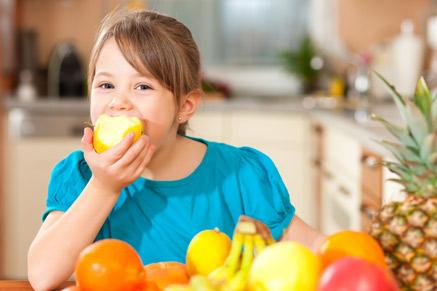 מומלץ להניח קערת פירות שטופים בסלון