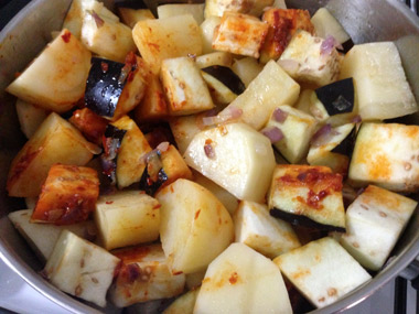 תבשיל תפוחי אדמה וחצילים ברוטב