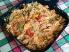 אטריות אורז מוקפצות עם חזה עוף וירקות