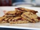 עוגיות אגוזי לוז עם ריבת תות