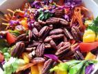 סלט ירקות עם פקאנים קלויים