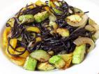 אטריות אורז שחור עם ירקות
