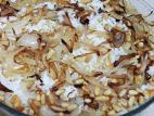 אורז לבן עם בצל מטוגן וצנוברים