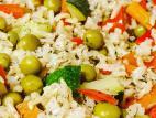 אורז מלא עם עשבי תיבול וירקות מוקפצים