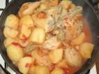עוף עם תפוחי אדמה ועגבניות