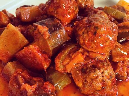 תבשיל קציצות בקר עם חצילים וקישואים