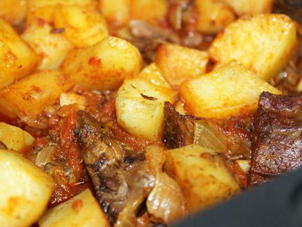 בשר בקר עם עגבניות ותפוחי אדמה
