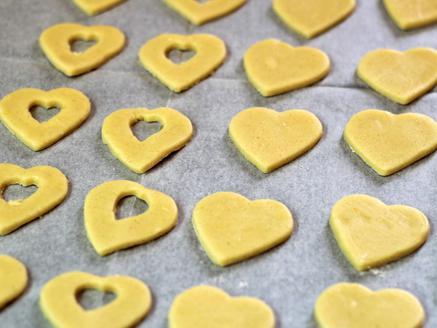 עוגיות לב במילוי חלבה ואגוזים