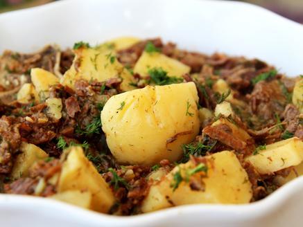צלי בקר עם תפוחי אדמה ושמיר