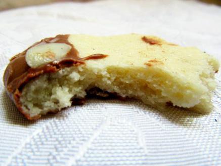 עוגיות חמאה ושקדים בציפוי שוקולד חלב