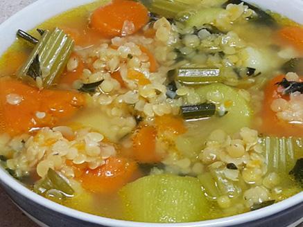 מרק ירקות ועדשים כתומות