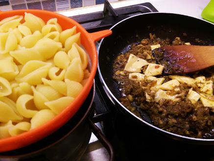 קונכיות פסטה בממרח פטריות, פסטו וגבינה מותכת