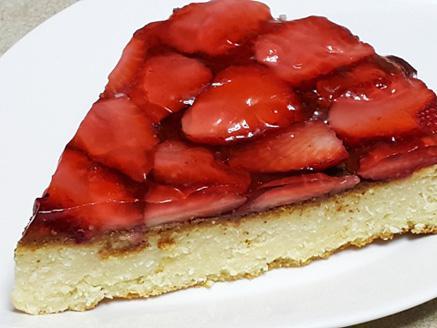 עוגת גבינה קלה להכנה עם תותים