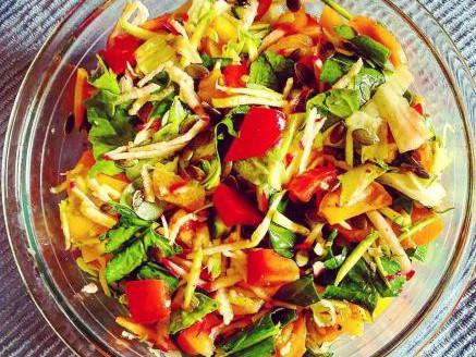 סלט ירקות עשיר עם תרד