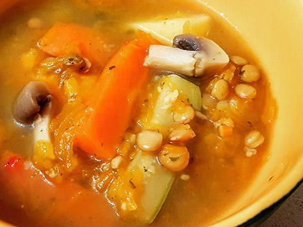מרק ירקות עם עדשים ושיבולת שועל
