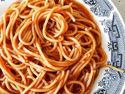 ספגטי מקמח חומוס ברוטב עגבניות