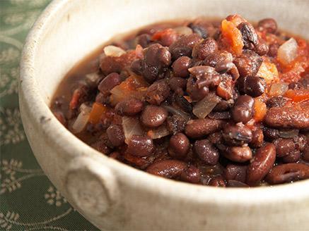 תבשיל שעועית שחורה ברוטב עגבניות