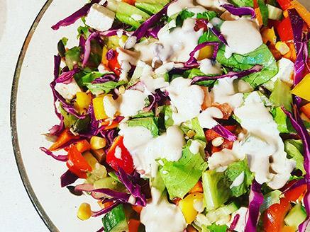 סלט ירקות עם צנובר וטחינה