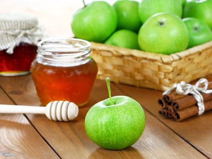 תפוח ודבש עם מרכיבים עיקריים במתכונים לראש השנה