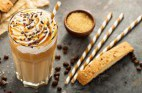 איך מכינים אייס קפה: המדריך המלא