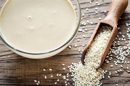 מהיום גם אתם תדעו איך להכין טחינה ביתית מושלמת