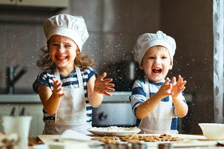 שתפו את הילדים במלאכת ההכנה במטבח