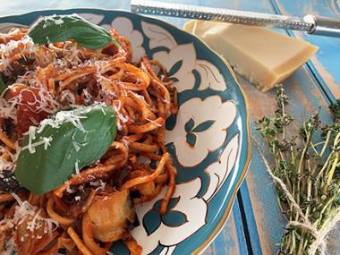 פסטה לינגוויני ברוטב עגבניות, חציל, ארטישוק וקלמטה