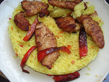 נתחי חזה עוף עם אורז צהוב