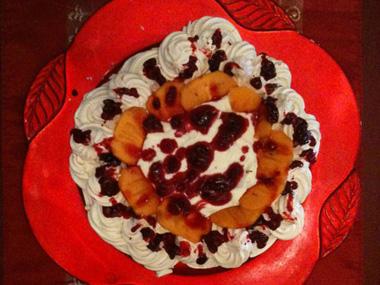 פבלובה עם פירות יער ומנגו