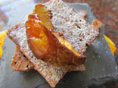אפרסקים מקורמלים על בצק ביסקוויט