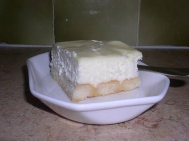 עוגת גבינה ושוקולד לבן על בסיס בישקוטים