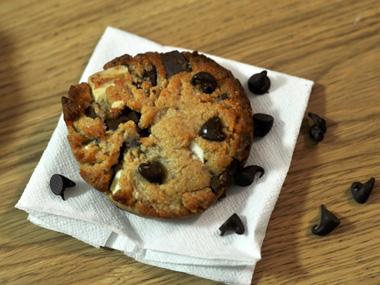 עוגיות חמאת בוטנים ושני שוקולדים