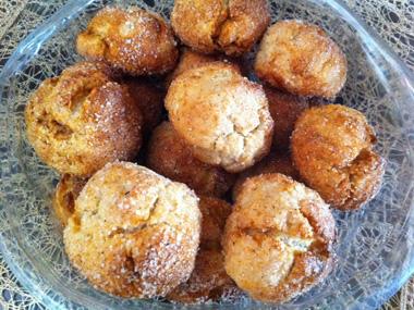 מיני סופגניות מייפל אפויות עם סוכר וקינמון