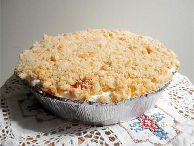 עוגת גבינה עם מעדן תותים ופירורים