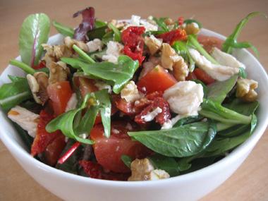 סלט ירוק עם עגבניות מיובשות ואגוזים