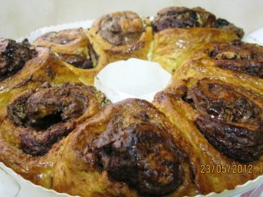 עוגת שושנים במילוי שוקולד וחלבה נוגט