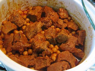 קוביות בשר ברוטב חריף עם חומוס