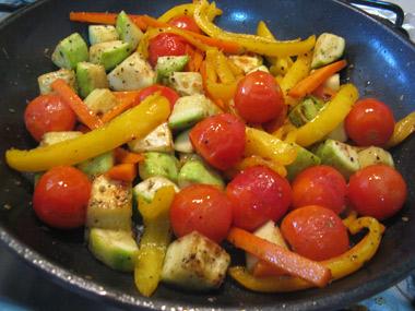 רצועות שניצל על ירקות מוקפצים