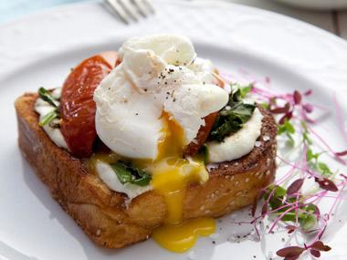 ביצה בקן עם תרד וגבינת עיזים