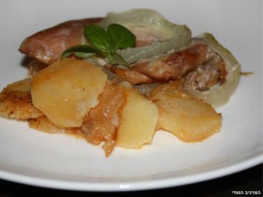 שכבות של פרגיות עם תפוחי אדמה ובצל