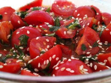 סלט עגבניות שרי ובזיליקום