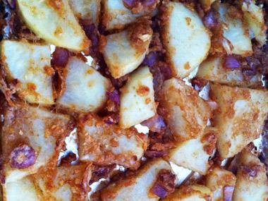 תפוחי אדמה בתנור עם בצל סגול